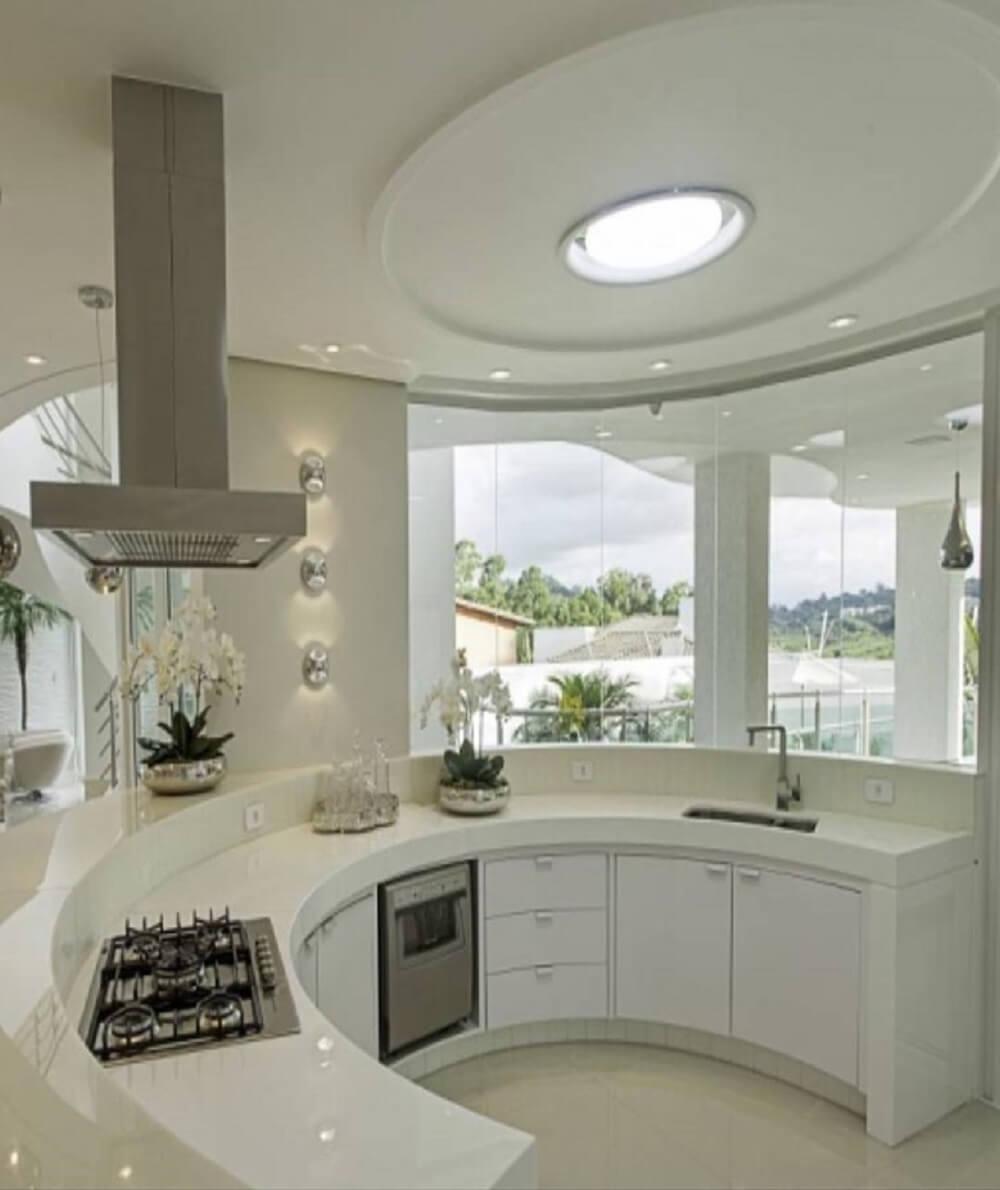 Criatividade e ousadia na construção desse balcão de cozinha em formato meia lua
