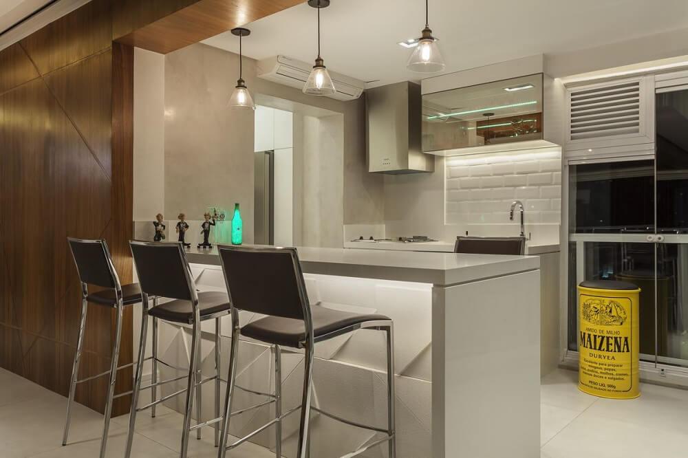 Decoração clean com balcão de cozinha em cinza