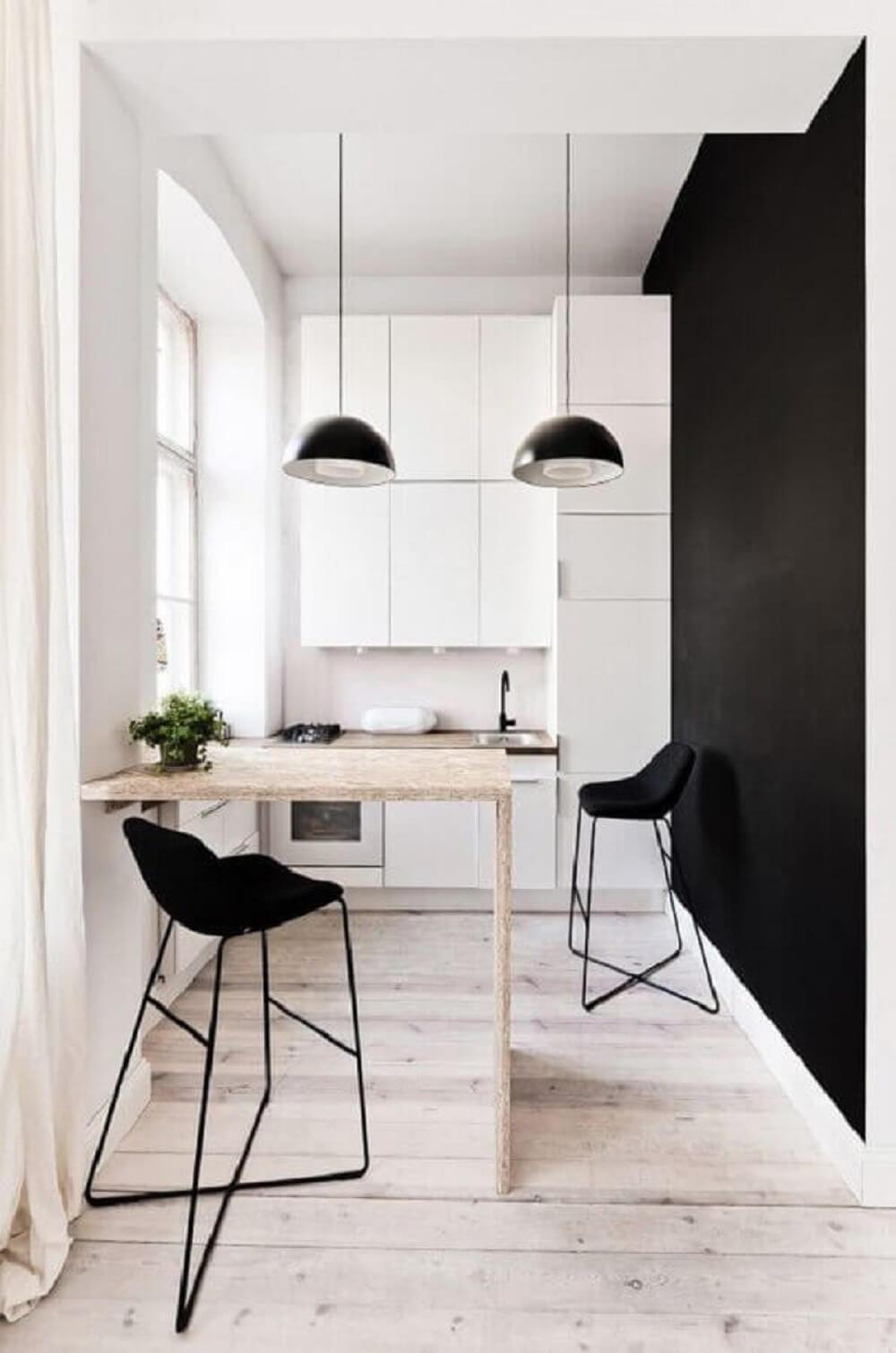 Decoração minimalista com baquetas preta e balcão de cozinha em madeira