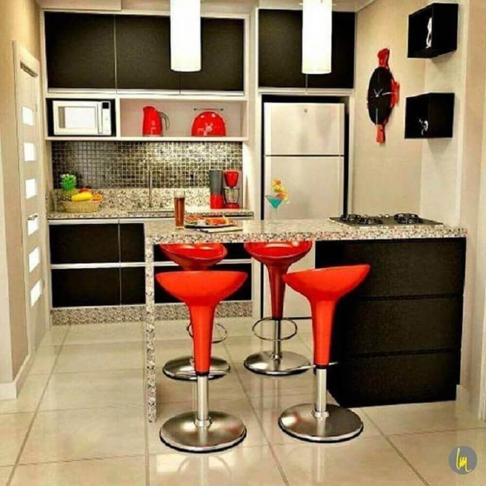 Decoração simples com balcão de cozinha com cooktop embutido e banquetas vermelhas