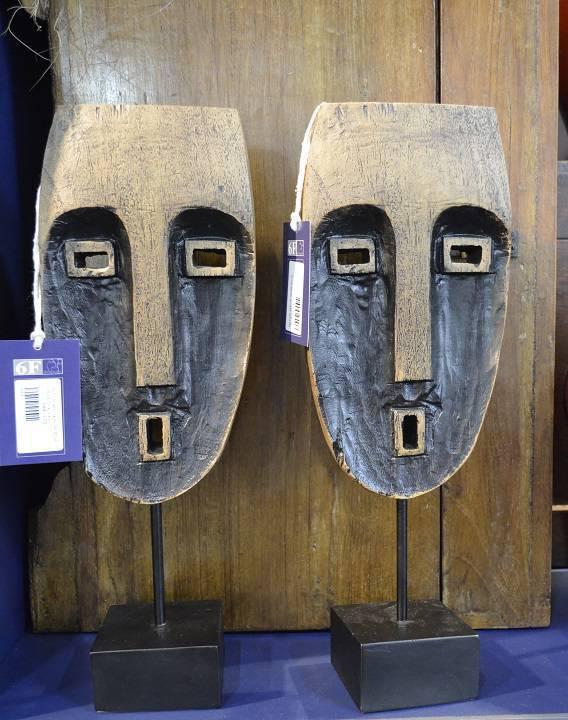 O par de máscaras em resina remete a uma África moderna, da 6F Decorações.