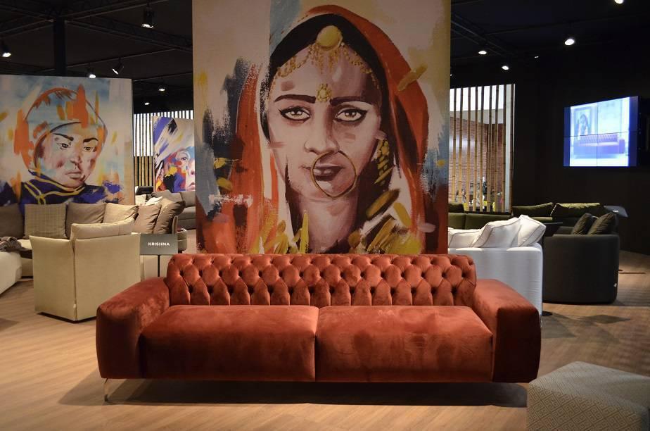 Inspiração indiana no sofá Krishna, cujo vermelho aquece o décor com um tempero especial, da BellArte.