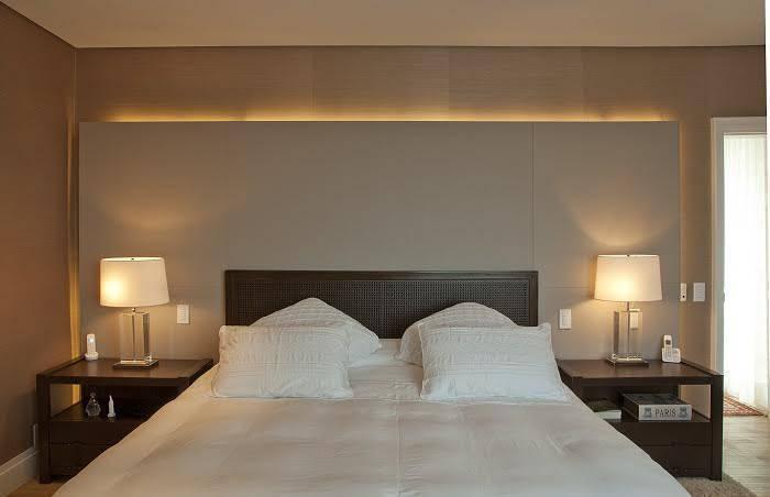 A iluminação do quarto exige uma atenção especial. Por ser um ambiente de relaxamento e íntimo, é sugerida uma iluminação com luzes amarelas.