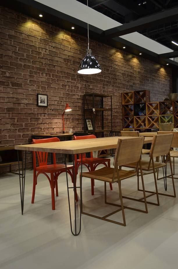 Formas contemporâneas, como a base da mesa, se aliam ao vermelho para um décor descolado, da Renar.