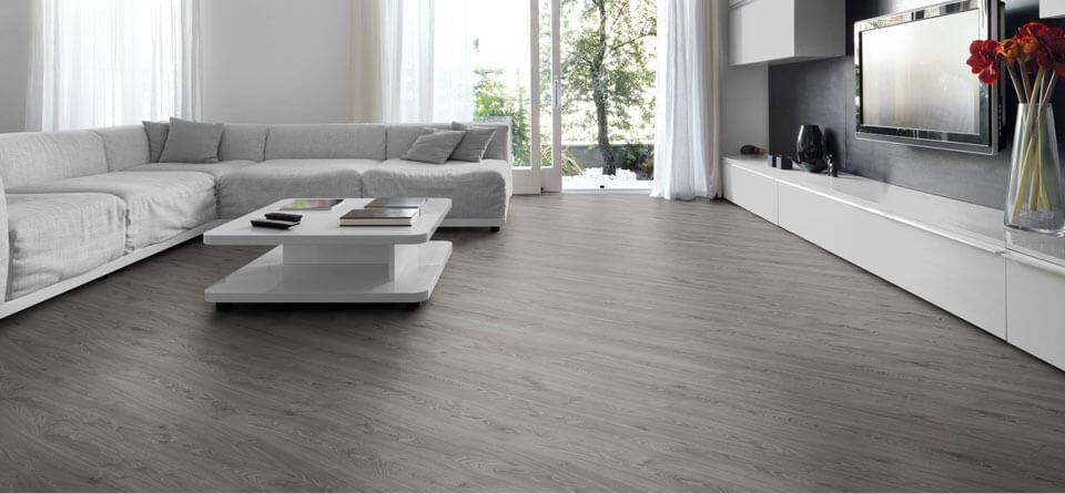 Sala de estar clara com piso laminado cinza Projeto de Lowe's Canada