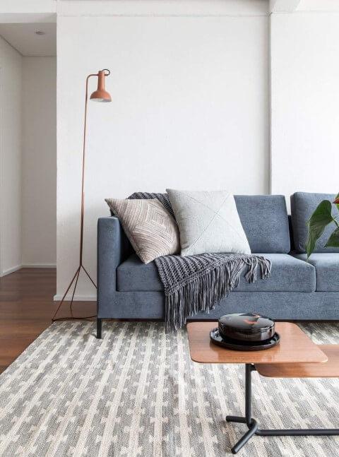 Sala de estar com piso laminado e tapete Projeto de Iná Arquitetura