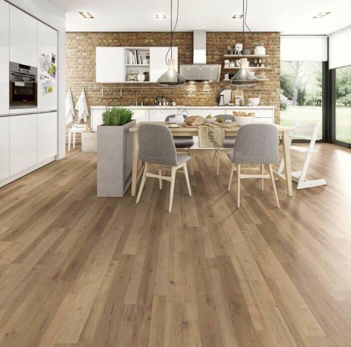 Sala e cozinha integradas com piso laminado de madeira Foto de Mundo Parquet