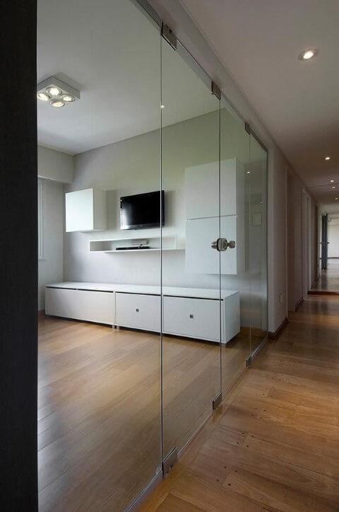 Salas com piso laminado e porta de vidro Projeto de Estúdio Sespede