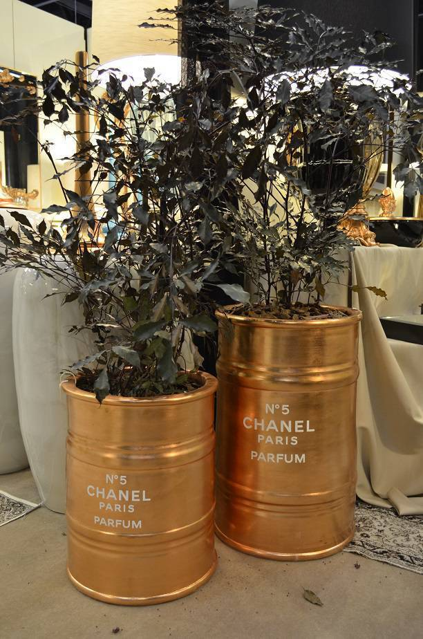 Junto com o prestígio da alta costura, transforma os tonéis em vasos descolados para plantas, da Top Decor.