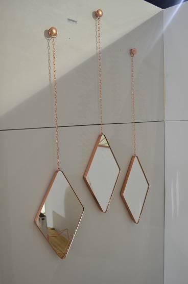 Aposte no cobre em complementos para as paredes, especialmente se elas forem coloridas, como rosa quartzo ou verde, da Umbra.