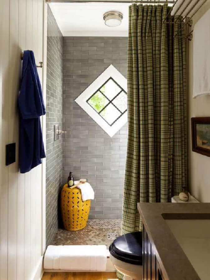 banheiro pequeno decorado com garden seat amarelo Foto Kris Bristot