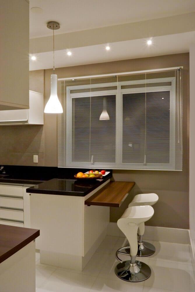 decoração clean para cozinha com balcão de mármore preto