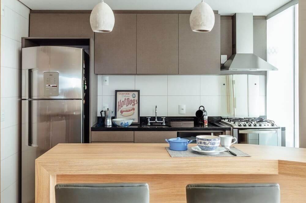 Balcão de cozinha americana de madeira.