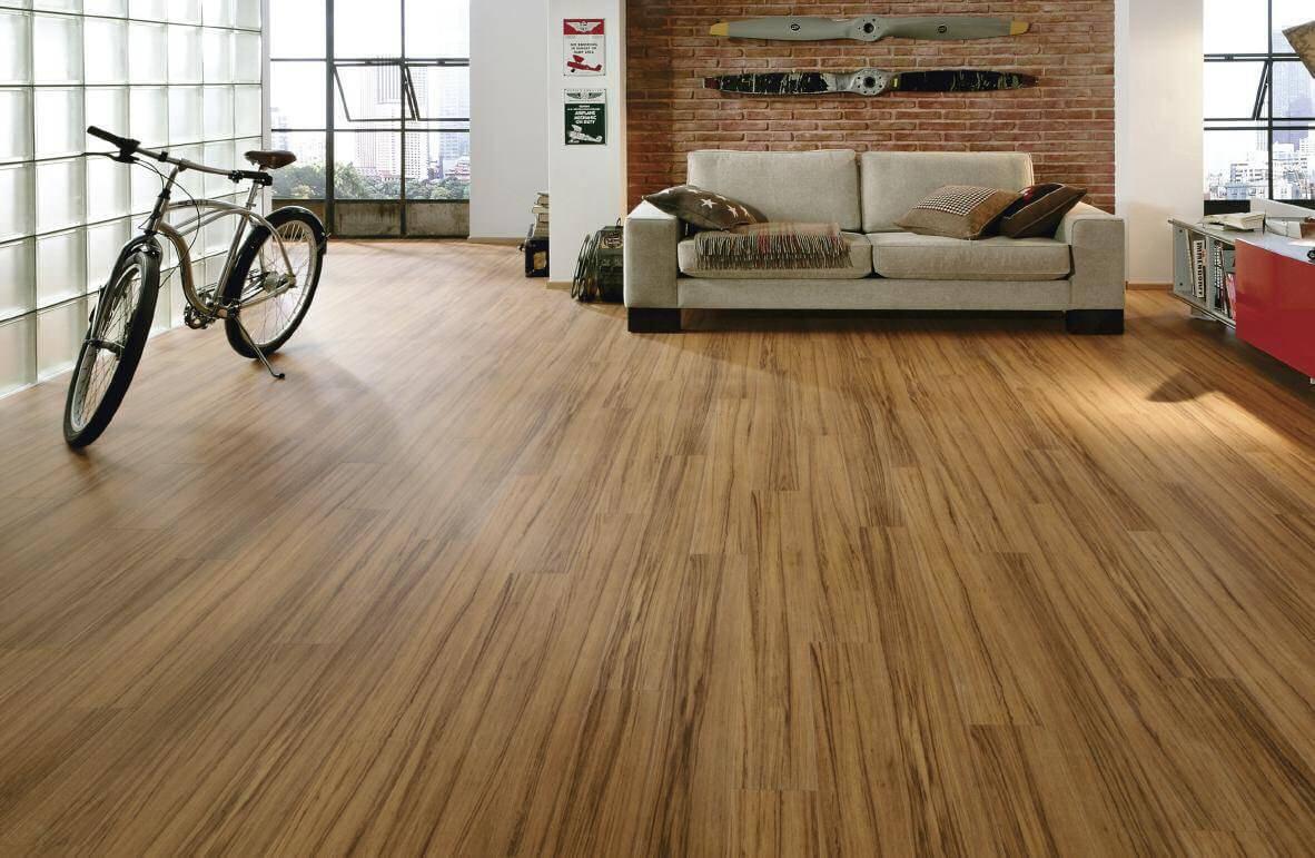 flooring bicicleta na sala de estar com piso laminado