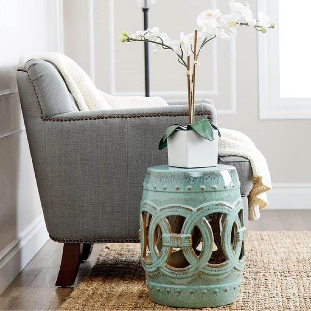 garden seat com vaso de flores