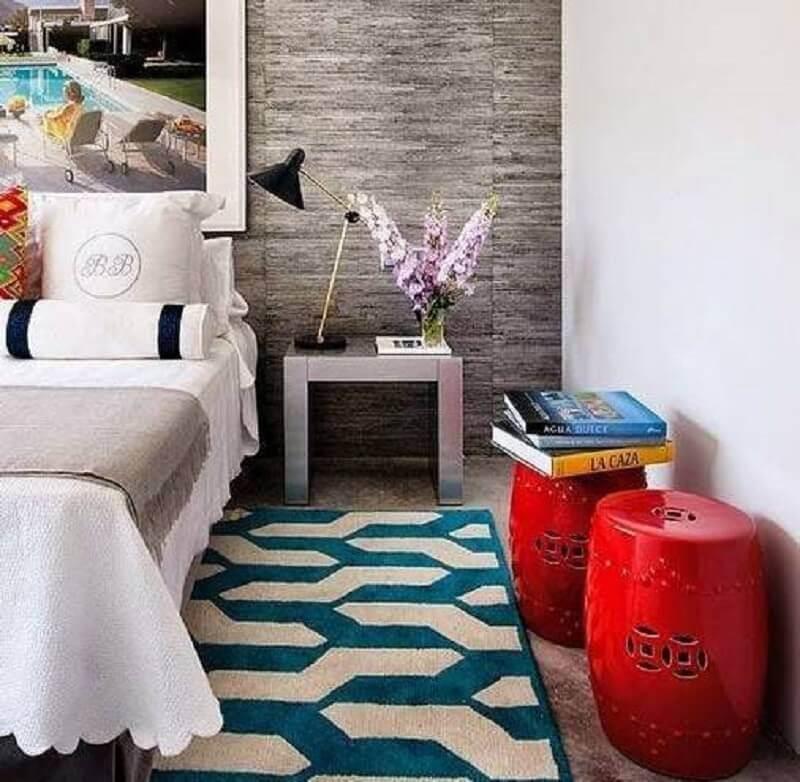 quarto decorado com tapete estampado e garden seat vermelho Foto Canto Decoratto