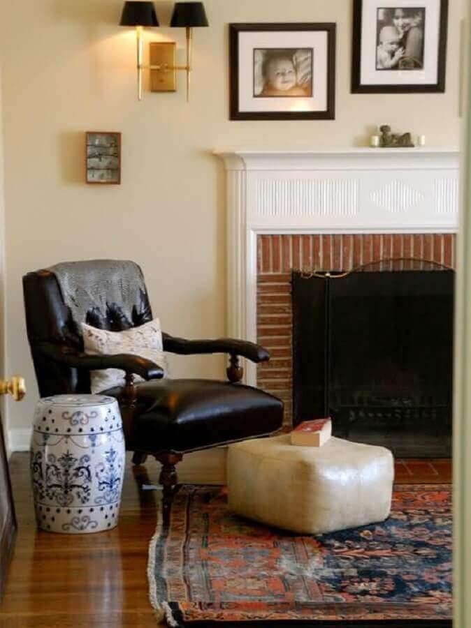 sala com lareira decorada com poltrona de couro e garden seat Foto Brandani Decore