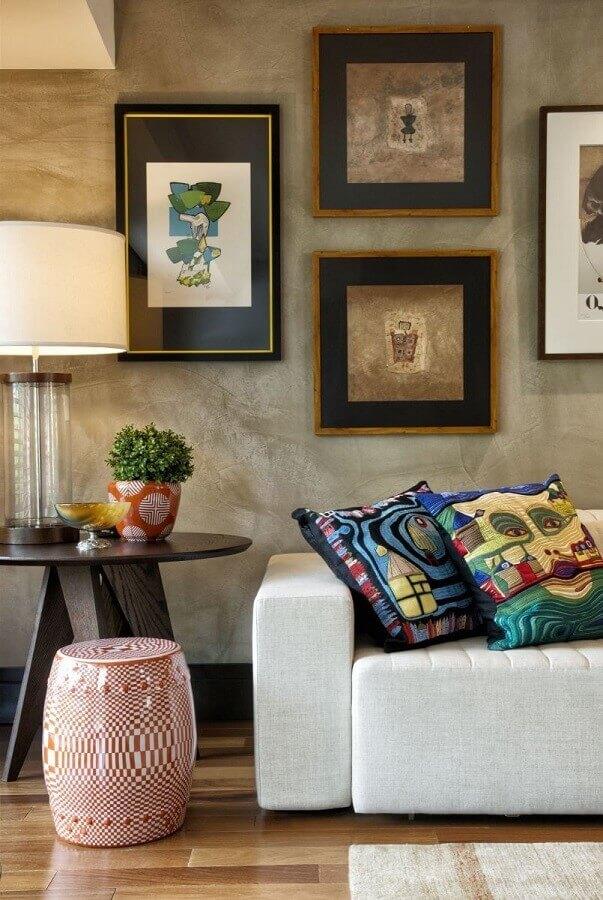 sala decorada com parede de cimento queimado e garden seat estampado Foto Decora Fast