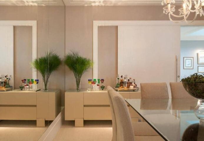 Aparador para sala de jantar bege em ambiente neutro
