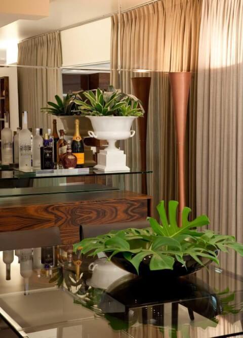 Aparador para sala de jantar com bar e vaso branco Projeto de LF Rezende