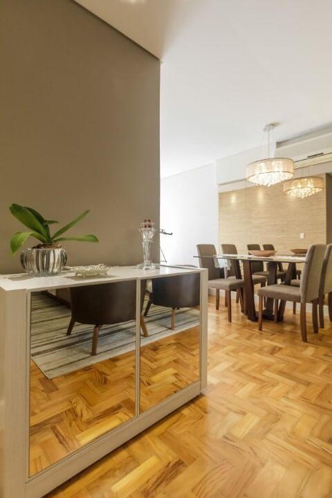 Aparador para sala de jantar com porta espelhada Projeto de Fernanda Duarte