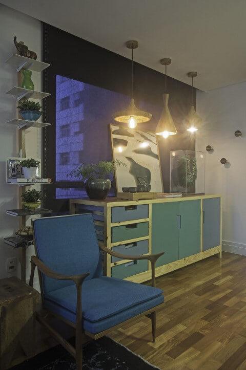 Aparador para sala de jantar de madeira azul Projeto de Negrelli e Teixeira