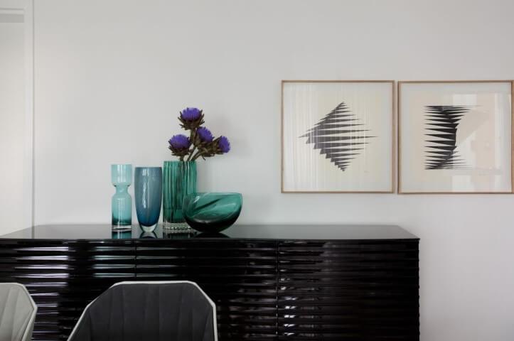 Aparador para sala de jantar preto com textura Projeto de Erica Salguero