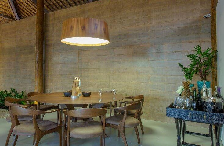Aparador para sala de jantar preto usado como bar Projeto de Sandra Moura
