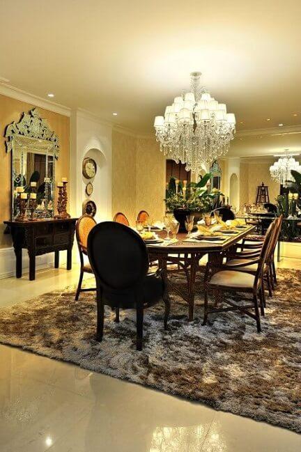 Aparador para sala de jantar vintage em sala chique Projeto de Bender Arquitetura