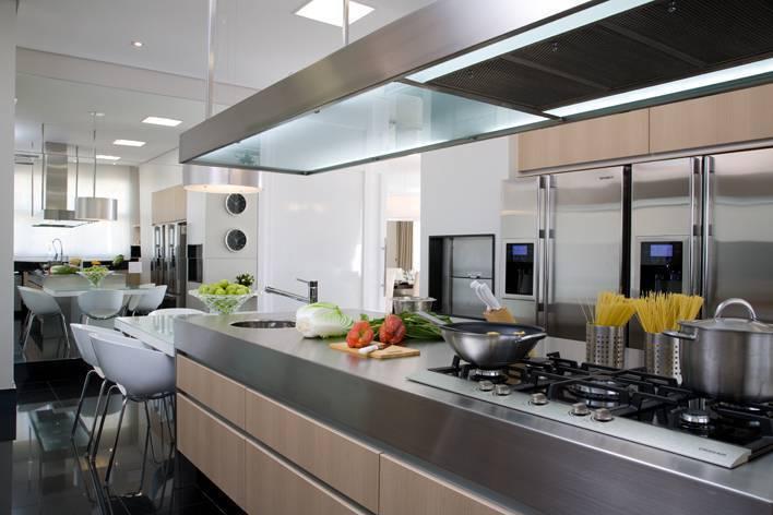 Cozinha da casa do jogador de futebol Cafu. Um dos detalhes é que, na cozinha em ilha, a coifa divide espaço com um área de iluminação para lavar e cortar alimentos.