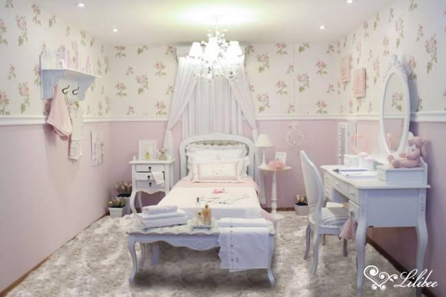 Nesse ambiente, a mistura se apresentou em todas as paredes. O papel de parede floral divide espaço com a parede apenas pintada em tinta rosa. Cada item da decoração foi pensado em conjunto, evitando sobras ou excessos e promovendo a harmonia.