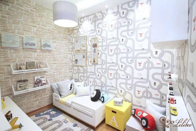 Neste quarto para menino, a mistura de papel de parede é o que mais chama atenção. Diferentes estampas dialogam.