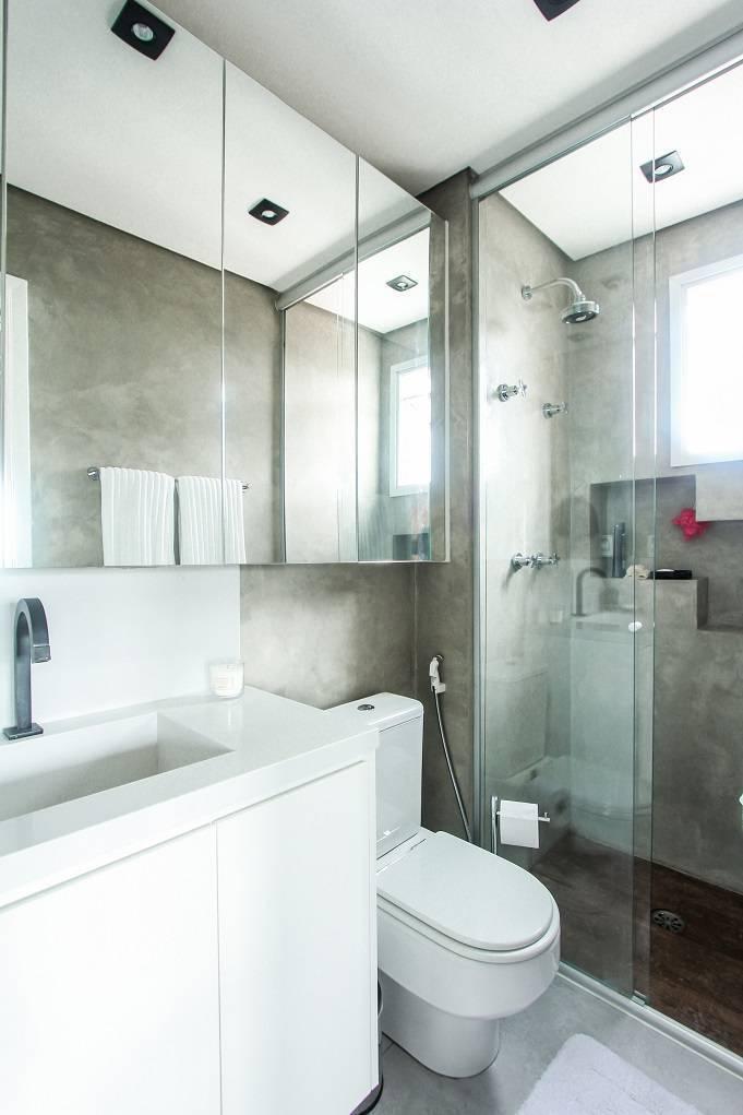 No banheiro, o décor é bem clean e neutro, marcado por cimento queimado e cores brancas