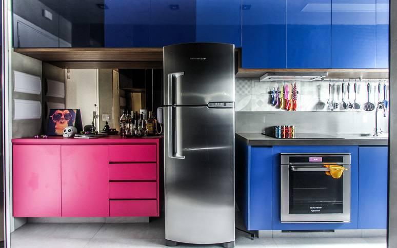 Para não criar um décor estravagante, as profissionais investiram em pontos de cores na cozinha, como nos móveis.