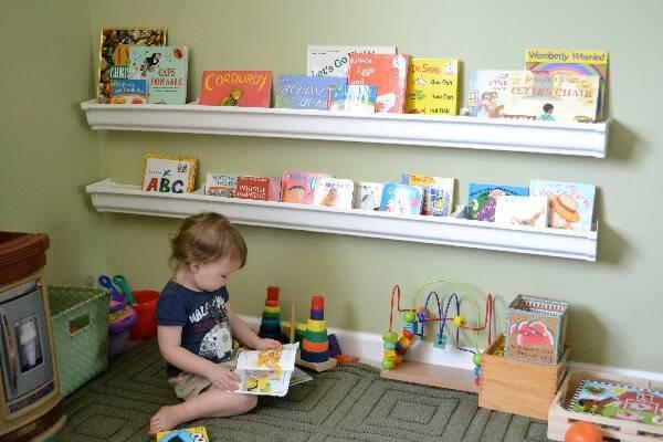 Quarto montessoriano com livros interativos