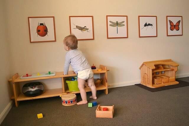 Quarto Montessoriano com estante de madeira