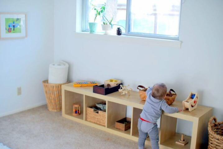 Quarto montessoriano com bancada baixa para brinquedos