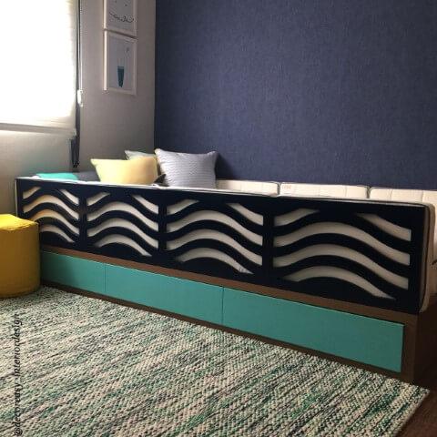 Quarto montessoriano com cama com detalhe de ondas Projeto de Simone Ghezzi Russo