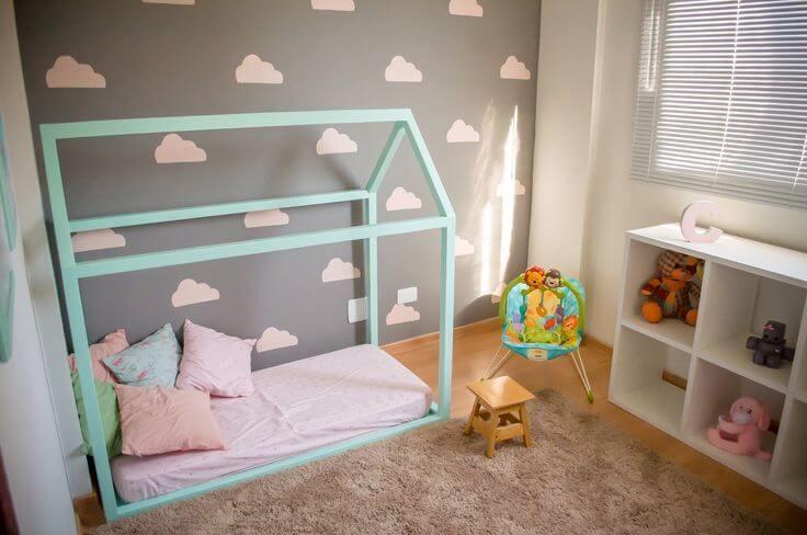 Quarto montessoriano com cama de casinha verde Projeto de Ana Branco