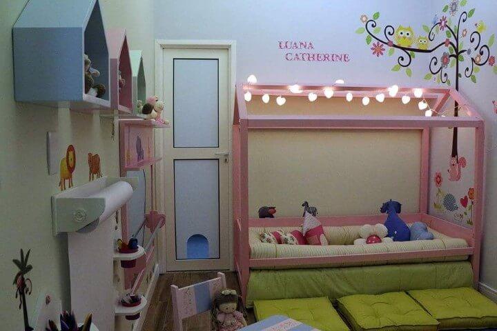 Quarto montessoriano de menina com cama baixa Projeto de Andrea Bento