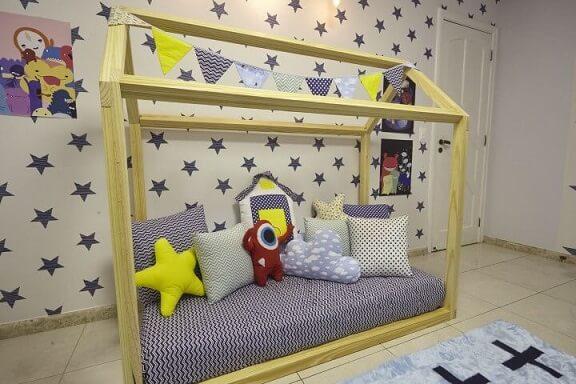 Quarto montessoriano de menino com cama casinha Projeto de Andrea Bento