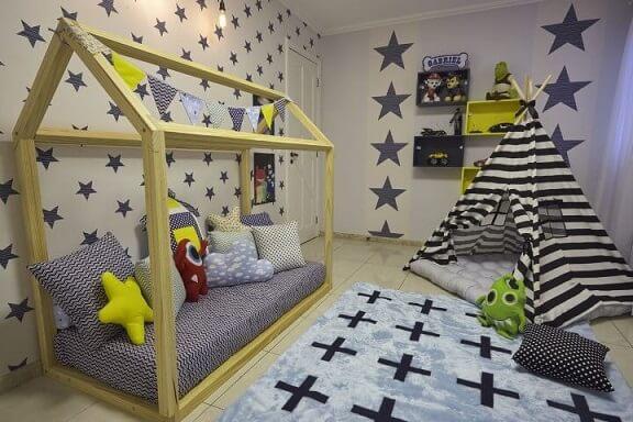 Quarto montessoriano de menino com cama casinha e cabana Projeto de Andrea Bento