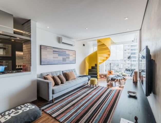 Sala de TV ampla iluminada com escada amarela Projeto de Pietro Terlizzi