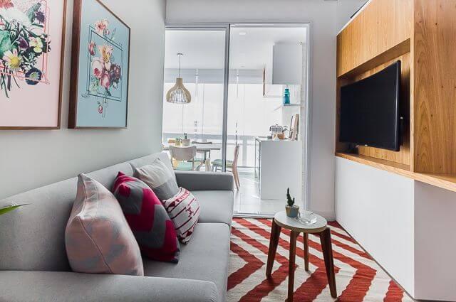 Sala de TV cinza pequena integrada à varanda Projeto de Duda Senna