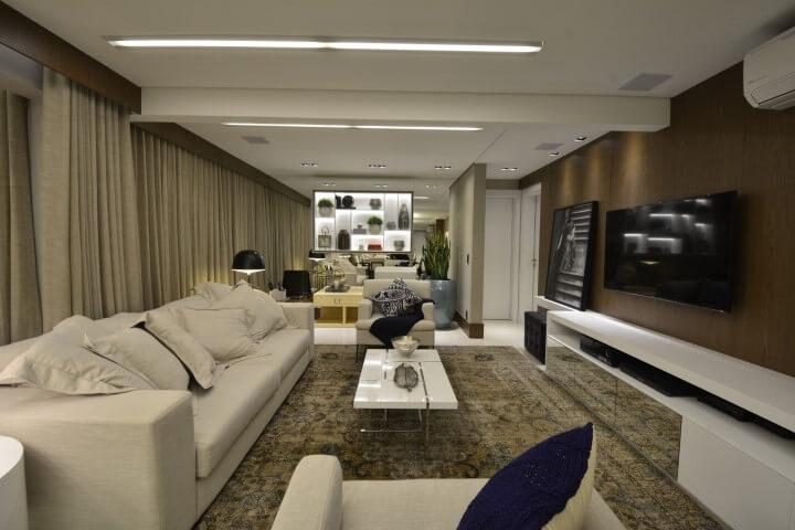 Sala de TV com móveis brancos e tons terrosos Projeto de Maira Ritter