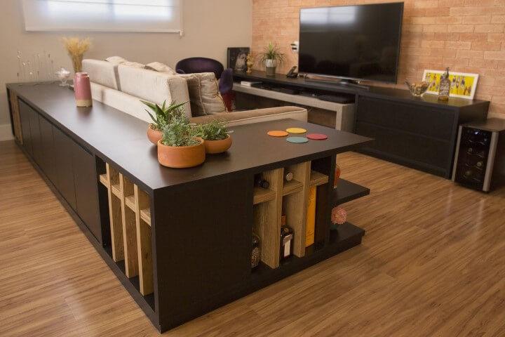 Sala de TV com móvel encaixado no sofá Projeto de Galpão Design