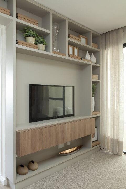 Sala de TV com nichos cinzas Projeto de Tres Arquitetura