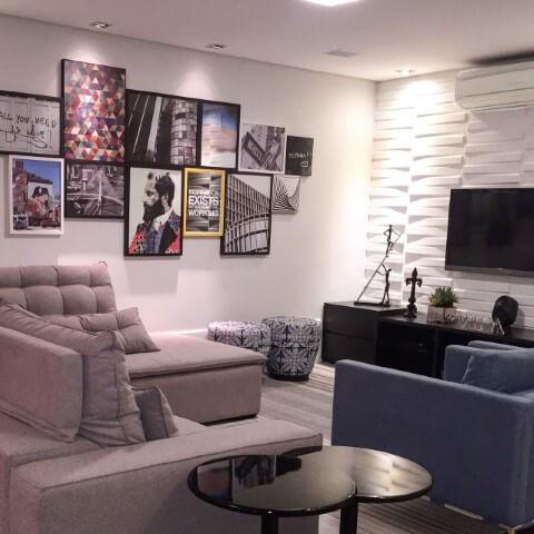 Sala de TV com painel 3D e parede com vários quadros decorativos Projeto de Eliane Taveira