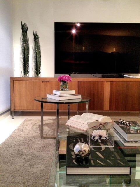 Sala de TV com rack de madeira e mesas de vidro Projeto de Rafael Samman