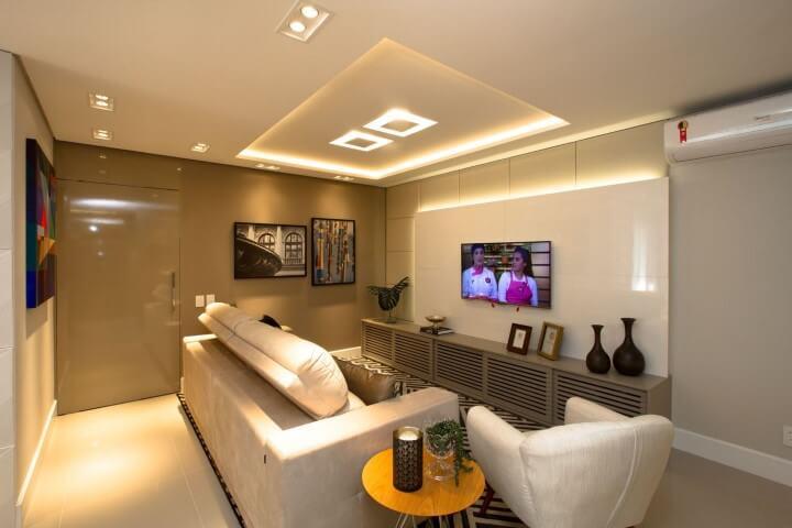 Sala de TV com sanca com iluminação embutida Projeto de Marina Turnes
